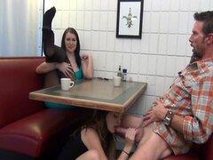 hija da con el pie y BJ no su papá bajo la mesa