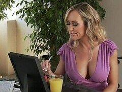 Rubia tetona MILF Brandi le encanta ser follada fuerte en video porno POV