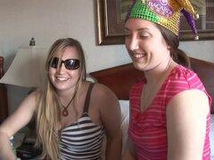 Dos putas amateurs muestran sus tetas en realidad video