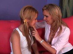 Adolescente Rubio delgado lesbianas chupando a grandes tetas maduras