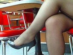 Caliente camara voyeur muestra a una jovencita gordita exponiendo sus sexys piernas