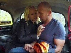 Femenino Falso Taxi Tetona curvas chorros rubia conductor creampied por pasajero