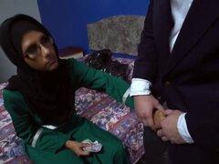 Arriesgarse con inocente chica Arabe muestra su coño dulce. Él vino a visitar a esta chica Arabe en su habitación y él no podía parecen ignorar el hecho de que ella es hermosa especialmente si Lucky desnuda era capaz de convencerla y llegó a saborear su c