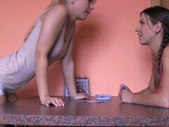Novia lesbiana Lamiendo coño apretado de euro. Novia lesbiana Lamiendo coño apretado del euro después de juego de naipes