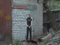 La chica meando en la calle
