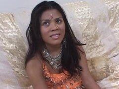 Babe indio desagradable en la ropa tradicional consigue follada y facialed