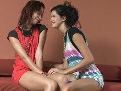 Dos chicas jugando con un consolador gigante