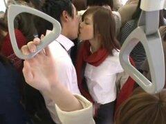 Chica de oficina japonesa obtiene boca follada por un desconocido en un bus