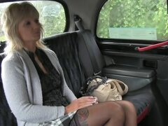 Rubia madura coño lamió y follada en taxi