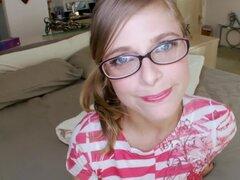 Petite chica blanca con gafas toma...