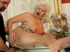 Effie obtiene coño vieja follada por detrás en la cocina