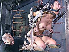 Asian babe es atrapado, atado y follada de una manera realmente dura