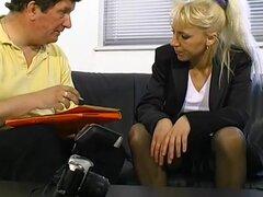 Chick madura en el sofá de casting - Telsev