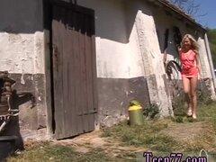 Tetona teen casera y adolescentes capturado aspirado por barandilla de caballo de mamá