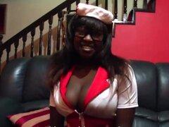 Ebony enfermera con enormes tetas y nalgas folla chico blanco suerte