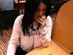 Mujer italiana pecho grandes destellos webcam en el trabajo,