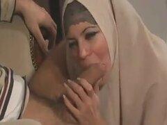 La mujer turca en un hiyab,