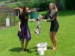 Calientes jovencitas les encanta ponerse traviesas y hacer locuras en el patio trasero