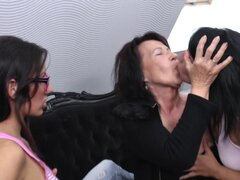 Lesbiana madura morena le encanta cuando se acaricien sus grandes tetas - Giovana, Kataline, Janouska S.
