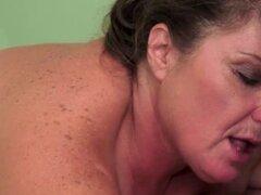 Video de anciana Lamiendo coño de chica adolescente de cerca