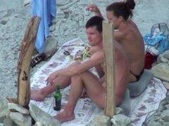 Oral de camara oculta, clip de Voyeur de una pareja en una playa en playa. El cutie está en topless, con preciosos pequeños muffins de amor, y esta nena chupa jock de su BF cuando esa chica piensa que nadie ve.