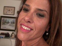 Morena madura amateur MILF Erica C. saca su sostén y bragas-Erica C.
