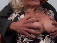 La abuela Chubby obtiene su culo rimmed y follada. La abuela Chubby con bigtits obtiene su culo rimmed y follada