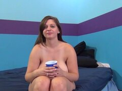 ImmoralLive Video: Jessica Roberts, cachonda Jessica Roberts está estudiando para Doctor amor para obtener un chequeo especial de vivir inmoral. Jessica saca sus jarros enormes sexy para jugar. El amor médico examina profundamente dentro de su coño mojado