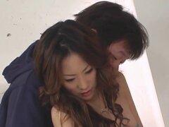 Miki se follan en la cocina. Miki Asada follada en la cocina