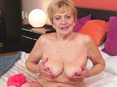 Vieja abuela obtiene cerca con barandilla. Vieja abuela obtiene cerca con barandilla después de chupar polla y obtiene corridas