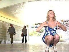 Rubia sin verguenza muestra su perfecto culo y tetas jugosas en publico