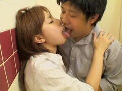 Pareja japonesa tiene sexo en baño de película porno de spy cam, Kiyoko es un amplio sexy japonesa que le gusta llegar al clímax después de que su novio es humping duro su coño. En este voyeur video con escenas porno que lo tienen en un retrete y su yum-y