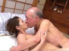 Hombre maduro follandose duro a jovencita Asiatica mejor amiga de su hija