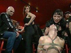 Cachonda morocha pecadora y traviesa es humillada en publico por un grupo de fenomenos