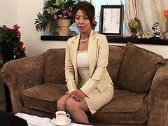 Elegante señora asiática muestra su cuerpo perfecto y obtiene su cun