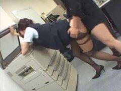 Gal de jap se da en la oficina con la cabeza en la fotocopiadora, angel Jap cubre en la oficina con la cabeza en la fotocopiadora