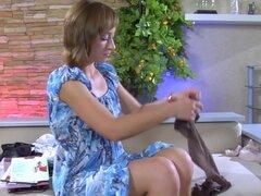 EPantyhoseLand Video: Amelia C, cuando una chica compra un paquete fresco de manguera, ella no puede resistirse a probarlos y tampoco puede Amelia C. Ella pone en su pantyhose superior apenas control para que coincida con su traje de sirvienta francesa se