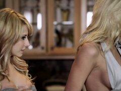 Rubias tetonas Madison Ivy y Riley Steele disfrutan del FFM sexo en la cocina
