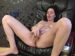 Chica cachonda extiende sus piernas para un enorme miembro negro