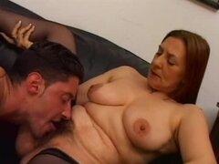 Mujer madura peluda BBW es en acción con una carne fresca