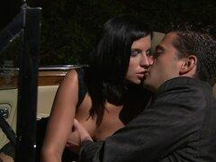 Sexo en el coche con una morena hermosa Renata Black