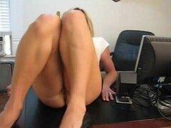 Atrapado jugando con su castigo coño de su secretaria, Secretaria atrapado jugando con su coño así que boff azota su coño
