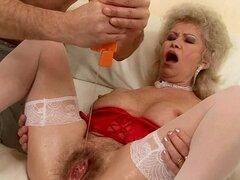 Lasciva abuela Effie obtiene su coño peludo y su culo relleno con consoladores
