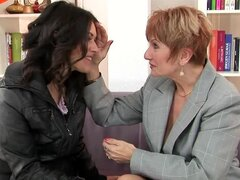 Preciosa morena lame coño peludo de su amiga lesbiana madura