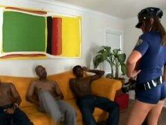 Blanca chica en uniforme de policía obtiene golpeó por dos chicos negros