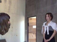 Chicas japonesas meando. Chicas japonesas Kinky orinando sobre lesbianas mientras se masturba