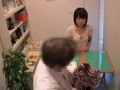 Doctor folla a su paciente bastante en una cámara oculta, muy bonita skinny bimbo japonesa obtiene su doctor a su twat shitless en este fetiche médico video y se ve más bonita como ella es fumar caliente y con ganas de tener algo de acción.