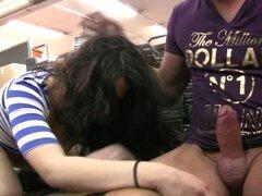 Jóvenes pareja follando en almacén