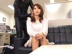 Jugueteando con el coño de una dulce empleada Japonesa muy cachonda en la oficina