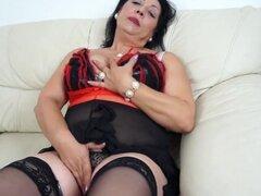 mama cachonda le encanta conseguir mojado en su sofá